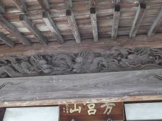 Dragons under the roof of the worship hall