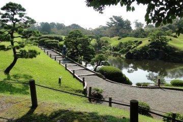 <p>ทางเดินหินในสวนซุอิเซ็น-จิ</p>