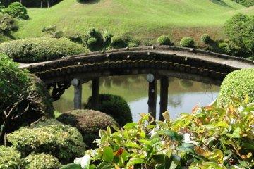 <p>สะพานในสวนซุอิเซ็น-จิ</p>