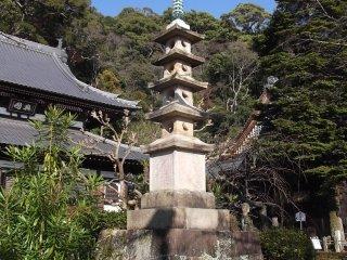 Một tháp chùa trong khuôn viên đền