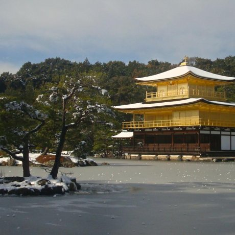 Ao nước đóng băng ở chùa Vàng