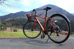 La superbe vue sur les montagne derrière le vélo en location