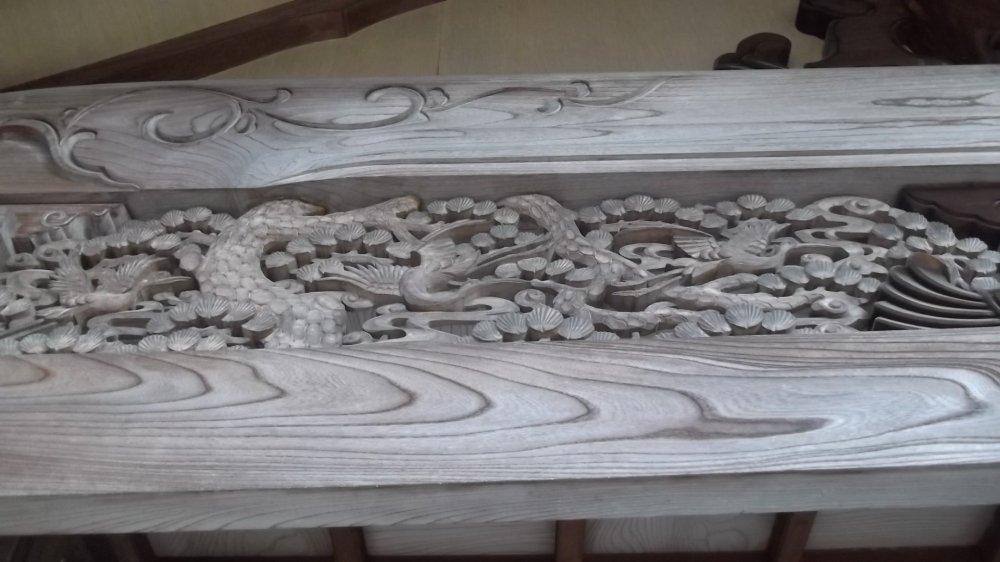 Một trong những bức điêu khắc xa hoa dưới mái hiên nhà thờ chính