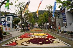 インフィオラータと鯉のぼりで飾られた北野坂
