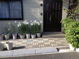 Une coutume japonaise adorable : placer des fleurs près de la maison