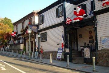 기타노 이진칸의 역사적인 지역 옥상에 있는 산타클로스