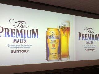 Có một màn hình lớn chiếu quá trình làm bia