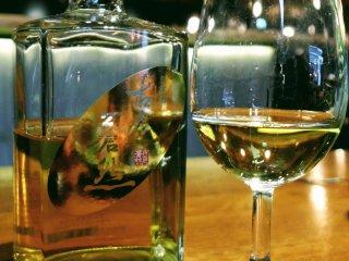 Sake berusia tua yang disajikan di gelas wine