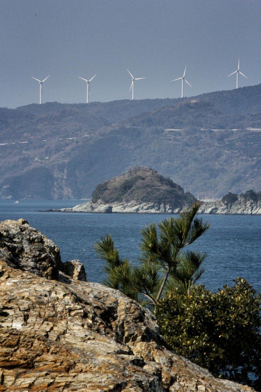 Trên đỉnh mũi, bạn có thể thấy những cối xay gió trên bán đảo Sadamisaki về phía bắc