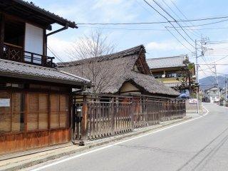 หนึ่งในกลุ่มบ้านและอาคารโบราณในเขตบ้านคันโซะ ยะชิคิ (Kanzo Yashiki) ซึ่งได้รับการยกย่องให้เป็นสมบัติทางวัฒนธรรมที่โดดเด่นแห่งชาติ (Important Cultural Property)