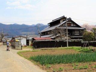 บ้านเก่าแบบญี่ปุ่นแท้กับวิวงามๆ ของเทือกเขาสูง
