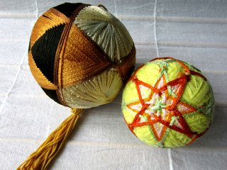 Тэмари - это вышитые геометрическим узором мячики