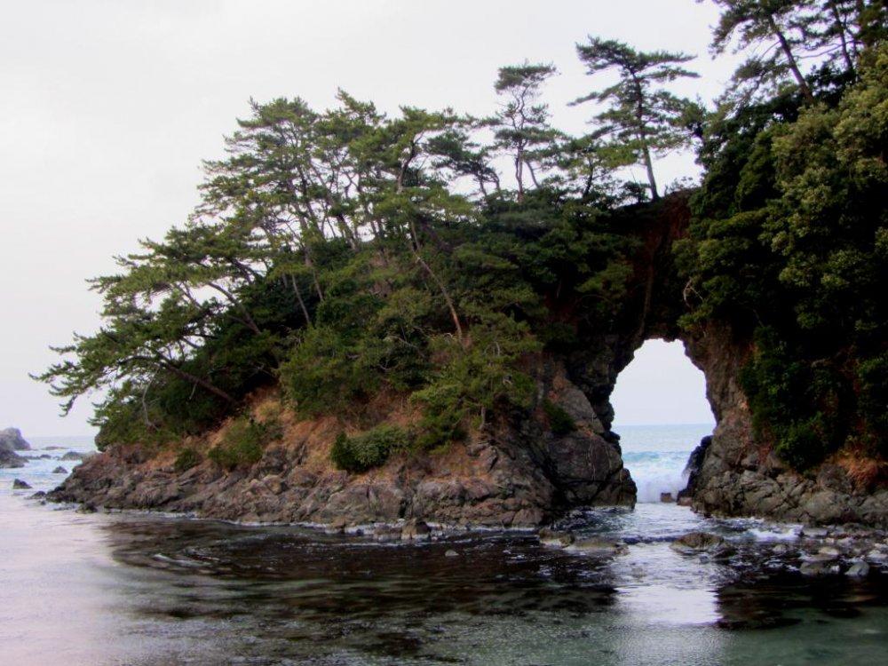 Đường bờ biển khá gồ ghề và đã từng đi qua bãi biển bình dị của vịnh Wakasa