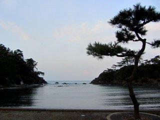 Vịnh nhỏ yên tĩnh này được biết đến trong vùng là một khu vực cho trẻ em học bơi