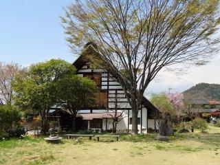 บ้านคันโซะ ยะชิคิ ตั้งอยู่ในสวนอันร่มรื่น