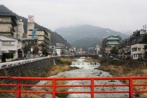 Городок тянется воль реки