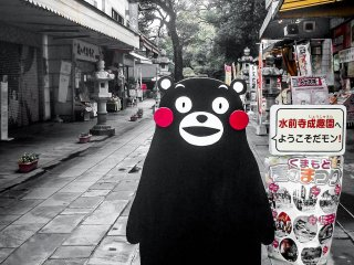 """En marchant en direction de l'entrée du jardin, j'ai rencontré la célèbre mascotte de Kumamoto, """"Kumamon"""""""
