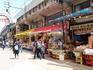 ตลาดอะเมะโยะโกะ (Ameyoko) ตลาดที่ตั้งอยู่ตรงหน้าทางเข้าสวนอุเอะโนะทางทิศตะวันออก