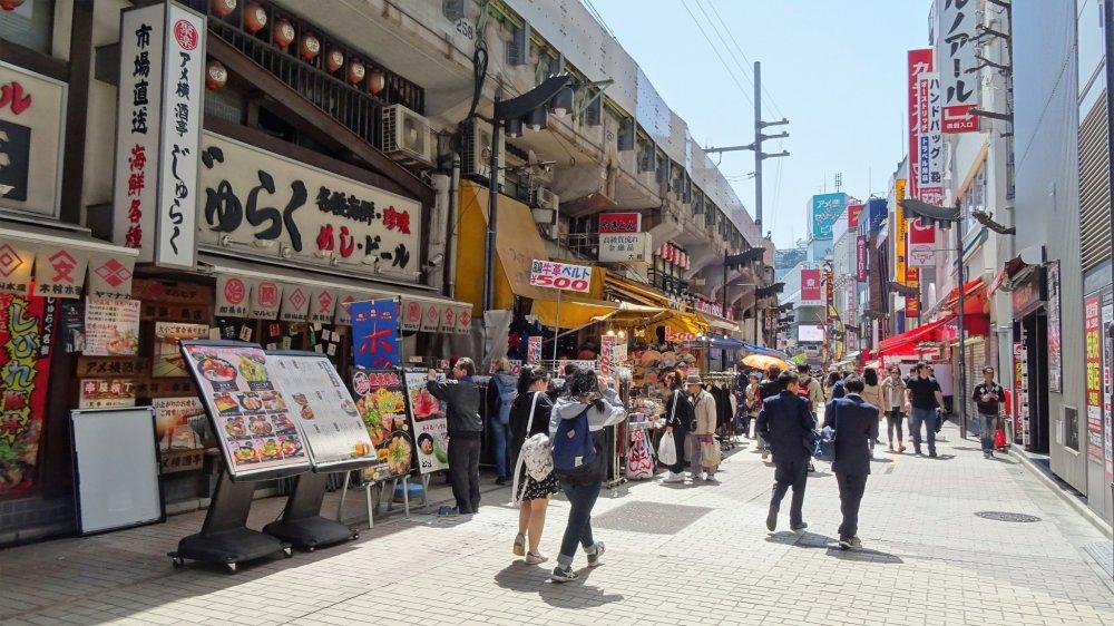 ในตลาดอะเมะโยะโกะยังแพ็คเต็มไปด้วยร้านอาหารนานาชนิด