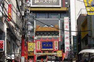 Вкусная еда в многочисленных ресторанах привлекает людей в Чайнатаун