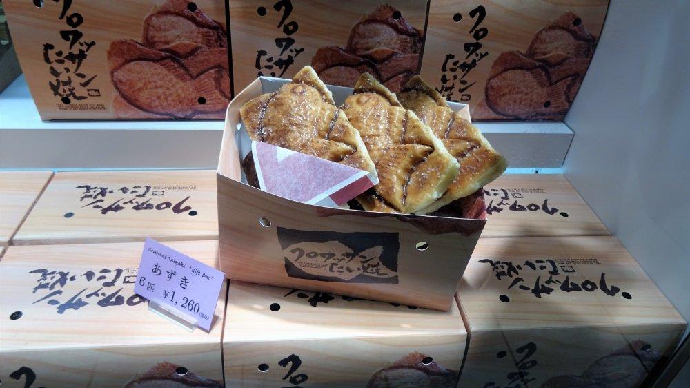 กล่อง ขนมครัวซองต์ ไทยะกิ ที่มีขนมอยู่หกชิ้นในราคา 1260 เยน