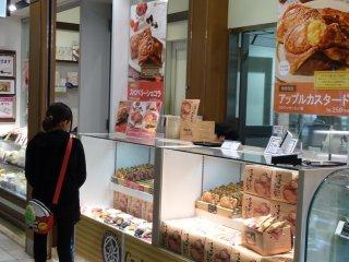 ร้าน Croissant Taiyaki เป็นแผงขายขนมเล็กๆ ในสถานีอุเอะโนะ