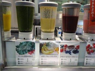 รสชาติที่ถูกใจฉันก็คือ ซุปผักเคล (Kale) กับสตอเบอรี่ ผักเคลสีเขียวสดกับสตอเบอรี่สีแดงน่าทาน เป็นซุปเพื่อสุขภาพจริงๆ