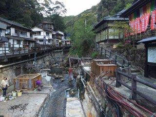 La rivière et la source d'eau chaude qui permet aux habitants de faire cuire des aliments