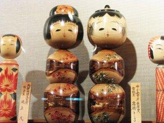 Des kokeshi artistiques avec différentes formes et différents motifs
