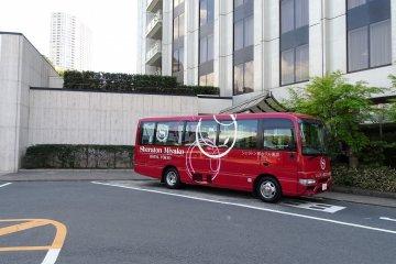โรงแรมยังมีบริการรับ-ส่งรถ shuttle bus ฟรี ไปยังสถานีเมะกุโระ (Meguro) และสถานีชินะกะวะ (Shinagawa)