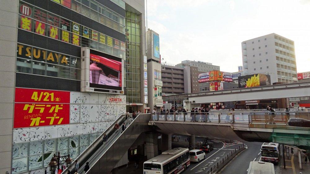 สถานีทะชิคะวะเป็นทั้งสถานีรถไฟและแหล่งช้อปปิ้งที่สำคัญ