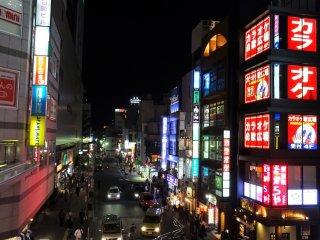 วิวกลางคืนหน้าสถานีทะชิคะวะ