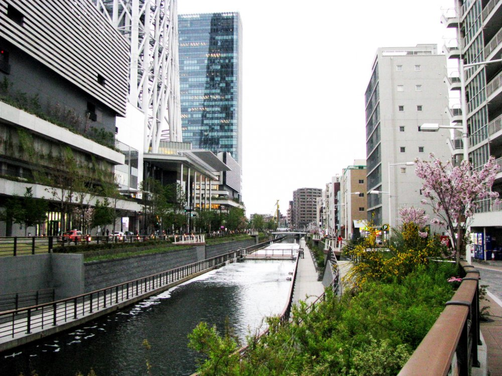Канал вдоль городка Skytree