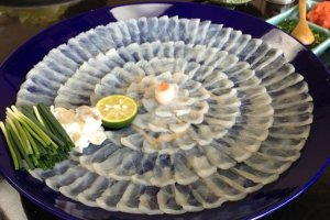 Fugu yang berpotensi mematikan ini diiris tipis-tipis dan ditata dengan indah