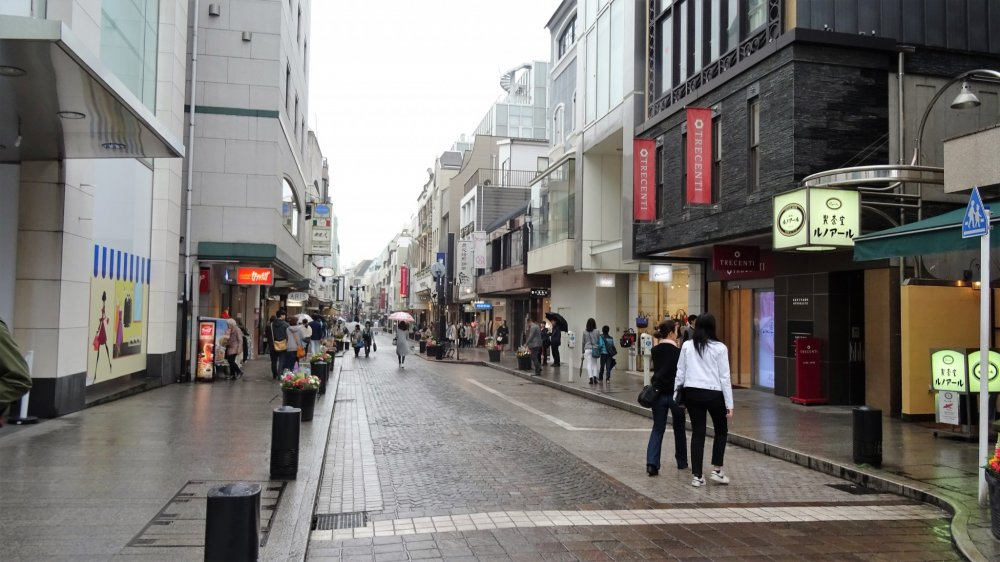 ถนนช้อปปิ้งโมะโตะมะชิ (Motomachi) เป็นถนนช้อปปิ้งที่มีความยาวประมาณ 500 เมตร