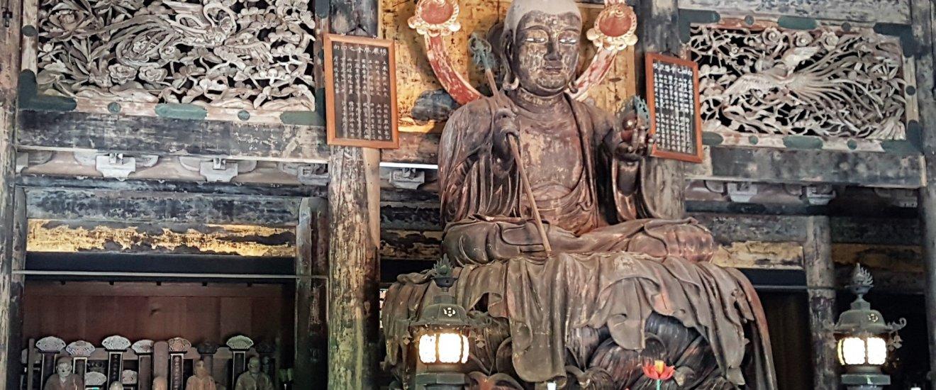 พระพุทธรูป พระกษิติครรภโพธิสัตว์ (Jizo Bodhisattva) ในอาคารไม้หลังแรก