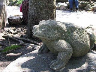 Скульптура лягушки в Асакусе, Токио