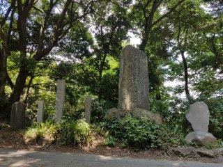 ป้ายหินแบบนี้มีอยู่มากมายริมทางเดินสาย 1