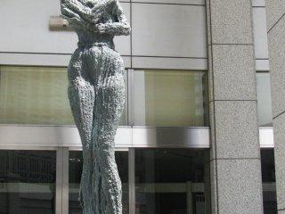 Скульптуры контрастируют со строгой геометрией здания
