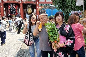 สาวแพงกับคนขายโฮะซุกิ หรือดอกโคมจีนและลูกค้าในชุดยูกะตะ