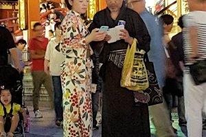หนุ่มสาวในชุดยูกะตะ อีกเวอร์ชั่นหนึ่งของชุดกิโมโน เป็นผ้าฝ้ายเบาบาง สวมสบาย สำหรับฤดูร้อน