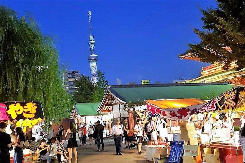 ลานวัดเซ็นโซะจิ (Sensoji) แห่งอะสะคุสะ (Asakusa) สามารถมองเห็นโตเกียว สกายทรี