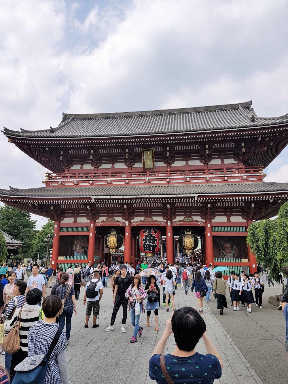 ประตูฟุไร จิน-มอน (furai jin-mon) หรือ ประตูแห่งเทพเจ้าสายลมและเทพเจ้าสายฟ้า แลนด์มาร์คของวัดเซ็นโซะจิ
