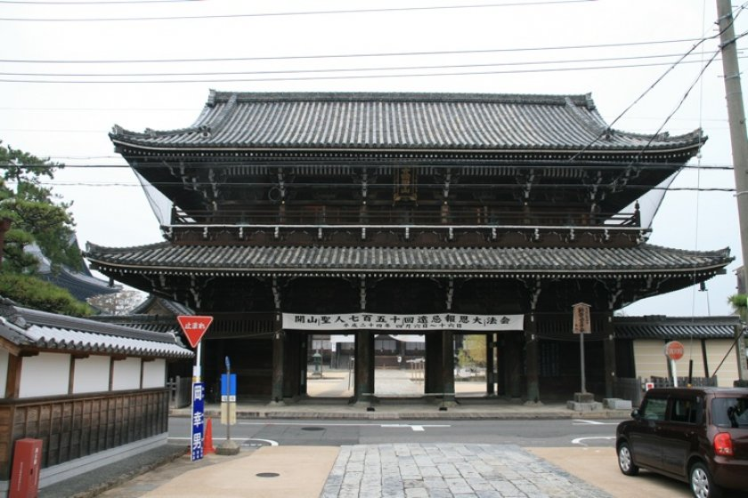 The great Sanmon gate, dating from 1704.