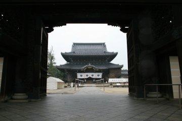 Nyorai-do seen through the front gate.