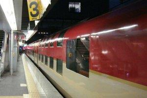 รถไฟด่วนข้ามคืนที่มีดาดฟ้าสองชั้นสู่โตเกียว