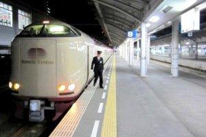 ซันไรส เซโตะกำลังรอการออกจากสถานีที่ทาคามัตสึสำหรับเส้นทางสู่โตเกียวและโยโกฮาม่า
