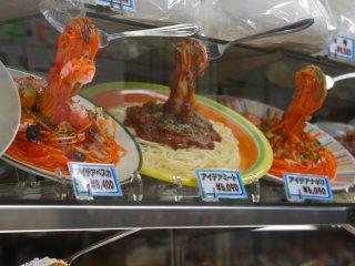 일본에서 이탈리아 음식점에서 파는 파스타 플라스틱 모델 위에 포크