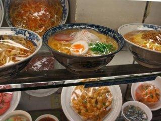 라면 & 우동: 멀리서 보면 음식이 확실히 진짜처럼 보인다. - 훌륭한 일본 공예품.