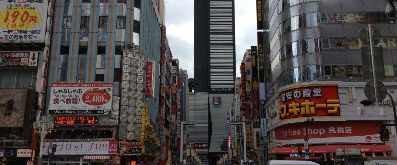 Godzilla en la cima del Edificio Toho en Shinjuku